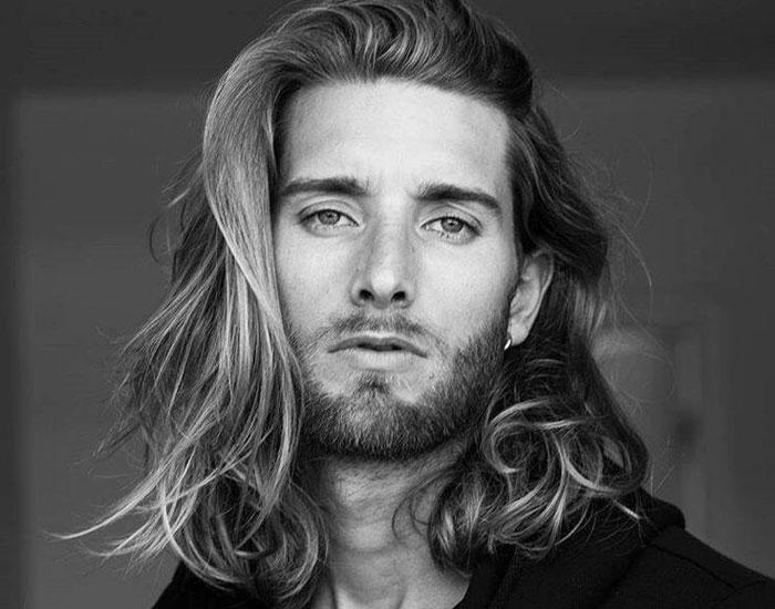 海外男性ロングヘアー画像