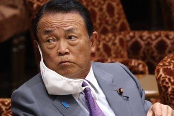 麻生太郎の片耳マスク画像